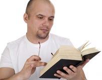 De man leest de bijbel stock foto
