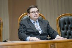 De man luistert aan het rapport van de woordvoerder Stock Foto's