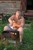De man maakt brand Stock Fotografie