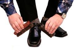 De man maakt laarzen schoon Royalty-vrije Stock Foto's