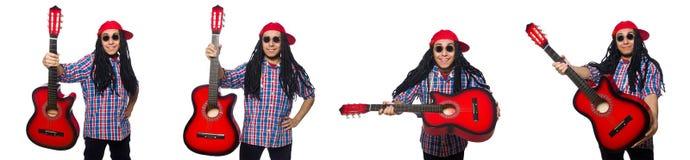 De man met dreadlocks die gitaar houden die op wit wordt ge?soleerd stock foto's