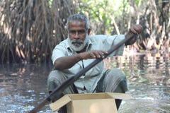 De man met een roeispaan Portret Bentotarivier, Sri Lanka Royalty-vrije Stock Afbeelding