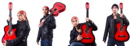 De man met gitaar op wit wordt geïsoleerd dat Royalty-vrije Stock Afbeeldingen