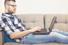De man met laptop Stock Afbeelding