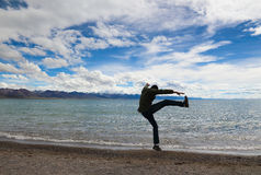 De man in Namucuo van Tibet stock fotografie