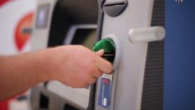 De Man neemt een Kaart op de Geldautomaat stock videobeelden