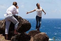 De man neemt Foto van Gelukkige Vrouw op Hawaiiaanse Klippen Royalty-vrije Stock Foto