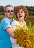 De man omhelst vrouw Stock Foto