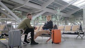 De man ontfermt over zich een vrouw in luchthaven stock footage
