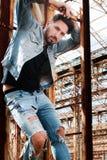 De man op de ladder Stedelijke Achtergrond Stock Foto's
