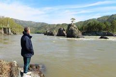 De man op de rivierbank Stock Fotografie