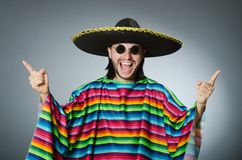 De man op een levendige Mexicaanse geïsoleerde poncho grijze achtergrond stock fotografie