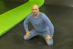 De man op een trampoline De man viel op een trampoline Mensen eerste keer op trampoline stock afbeeldingen