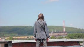 De man op het dak stock video