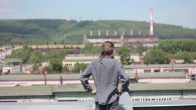 De man op het dak stock footage