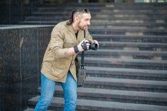 De man op straat het fotograferen royalty-vrije stock afbeelding
