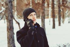 De man op de telefoon in de winter stock foto