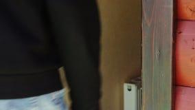 De man opent de deur voor een elektronische sleutel - kaart stock footage