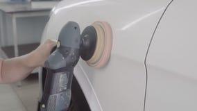 De man poetst de auto op stock videobeelden