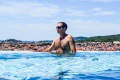 De man in de pool stock afbeeldingen