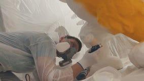De man schildert een omvangrijk die cijfer van uitgebreid polystyreen wordt gemaakt stock video