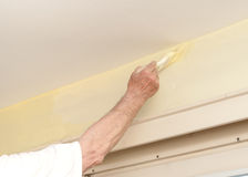 De man schildert a met muur Stock Afbeeldingen