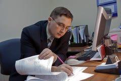 De man schrijft op een document stock afbeeldingen