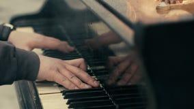 De man speelt grote piano - allen op brand stock footage