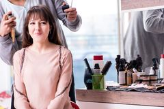 De man stilist die met vrouw in schoonheidssalon werken royalty-vrije stock foto