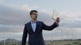 De man toont de tegenstander de windmolens door een videovraag stock video