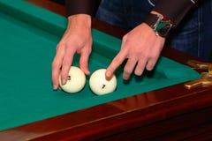 De man verklaart de regels van het spel op biljart royalty-vrije stock afbeeldingen