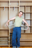De man vestigt manden in een nieuwe garderobe stock afbeeldingen