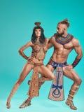 De man, vrouw in de beelden van Egyptische Farao en Cleopatra royalty-vrije stock afbeeldingen