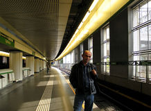 De man wacht op een trein stock afbeeldingen