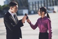 De man weigert om een gesprek aan een journalistmeisje te geven stock afbeeldingen