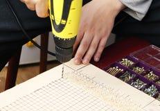 De man werkt als boor in de workshop royalty-vrije stock afbeelding