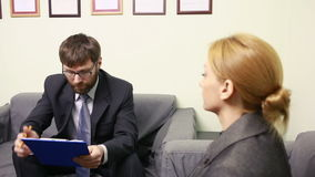 De man zal bedrijfsvrouw interviewen rapport aan de Leider stock videobeelden