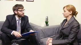 De man zal bedrijfsvrouw interviewen rapport aan de Leider stock video