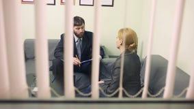 De man zal bedrijfsvrouw interviewen rapport aan de Leider stock footage