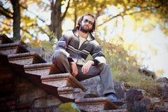 De man zit op een ladder. royalty-vrije stock afbeelding