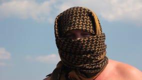 De man in de zomer arafat stock footage