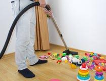 De man zuigt het tapijt stock fotografie