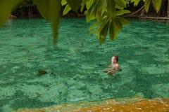 De man zwemt Smaragdgroene pool THAILAND KRABI Stock Foto's