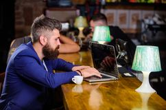 De manager creeert post geniet van koffie Het Hipster freelancer werk online het drinken koffie Mens die een koffiepauze neemt Ge stock fotografie