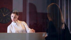 De manager die van de hoteldienst nieuwe klantenonderneemster begroeten Close-up stock footage