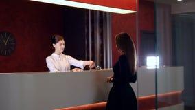 De manager die van de hoteldienst nieuwe klantenonderneemster begroeten 4K stock footage