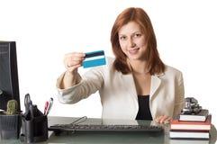 De manager die van de vrouw een creditcard tonen stock foto