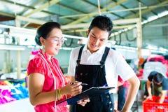 De manager en de ontwerper van de productie in een fabriek Royalty-vrije Stock Afbeelding