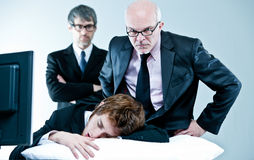 De manager en de werkgever ontdekken luie werknemer Royalty-vrije Stock Foto's