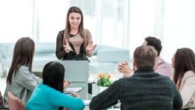 De manager leidt de presentatie van het nieuwe reclameproject van het bedrijf in het ruime bureau royalty-vrije stock afbeelding